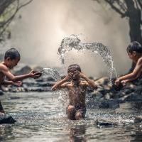 Schiebepuzzle mit dem Motiv Spielende Kinder am Fluss