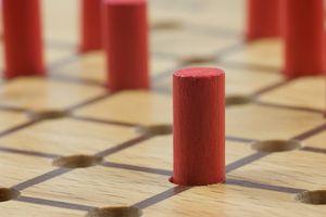 Das Spiel ist auch bekannt als Solitaire, Steckhalma, Solohalma, Springer, Jumper, Nonnenspiel oder Einsiedlerspiel. Ziel des Solitär Spiels ist es, so wenig Solitär Steine wie möglich auf dem Spielfeld zurückzulassen. Im besten Fall bleibt nur ein Stein übrig.